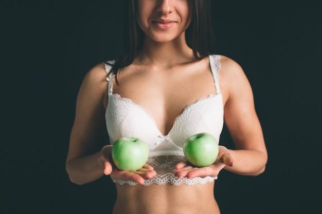 Женская модель заделывают с зеленым свежим яблоком. вегетарианская девушка на диете.