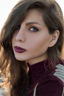 前衛的なメイクの女性モデル
