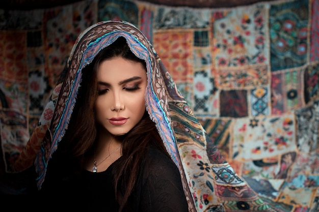 Женская модель в этническом стиле разработана хиджаб