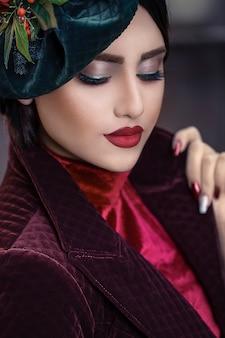 Женская модель в красно-бордовых цветах