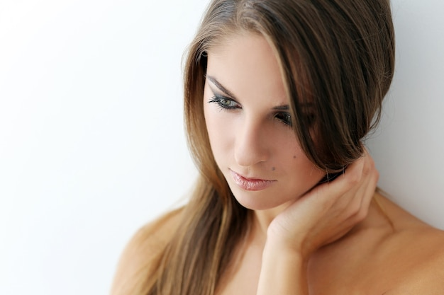 Женская модель в макияже дымчатых глаз
