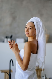 하얀 수건에 여성 모델입니다. 여성, 미용 및 위생 개념.