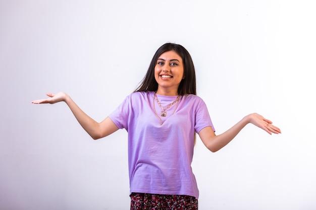 腕を開いて笑顔の女性モデル。