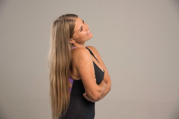スポーツブラでポーズをとる女性モデル。