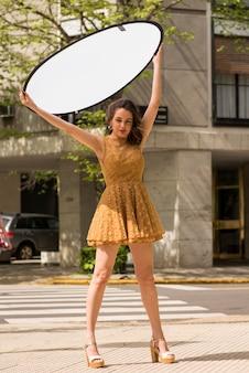 通りでポーズをとる女性モデル