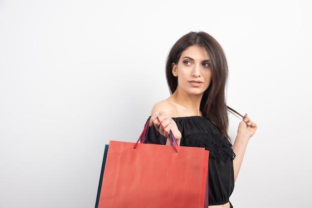 쇼핑백과 함께 포즈를 취하는 여성 모델