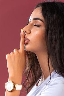 Девушка-модель продвигает осенне-зимний макияж и украшения