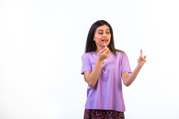 唇の製品を宣伝し、適用する女性モデル