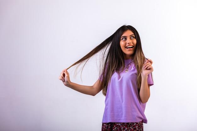 彼女の髪に手を置く女性モデル。