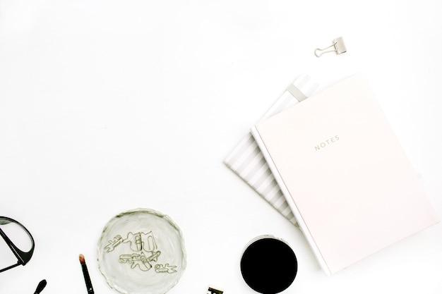 白地にピンクのノートブックと女性のモダンな最小限のブログの構成
