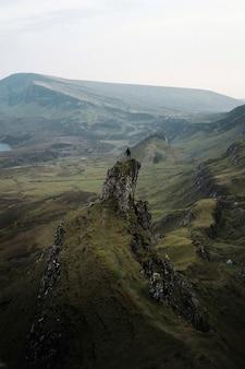 스코틀랜드 스카이 섬의 퀴라잉에서 여성 산악인