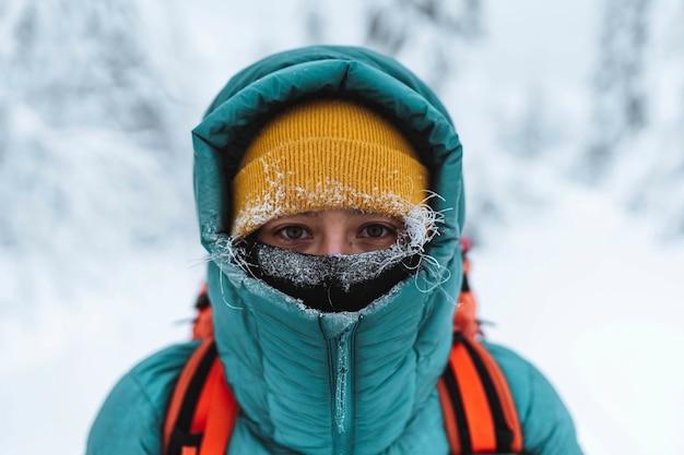 스코틀랜드 글렌 코(glen coe)의 겨울철 여성 산악인