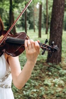 여성 음악가는 야외 결혼식에서 수행합니다.
