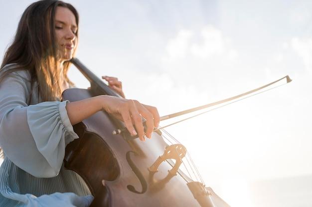 コピースペースでチェロを演奏する女性ミュージシャン