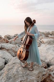 チェロを持つ女性ミュージシャン