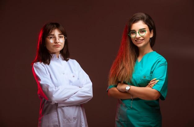 女性の看護師と医師はプロフェッショナルで笑顔に見えます。