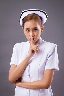 沈黙を求める女性看護師
