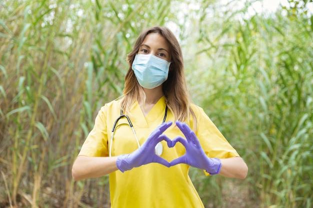 制服とサージカルマスクの女性看護師