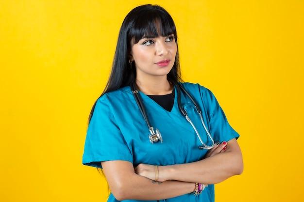 黄色の背景に女性看護師