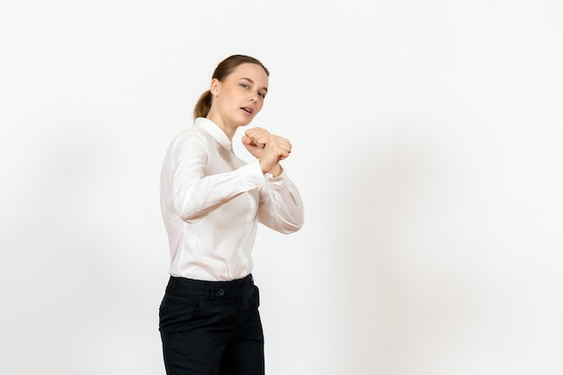 Impiegato femminile in elegante camicetta bianca su bianco