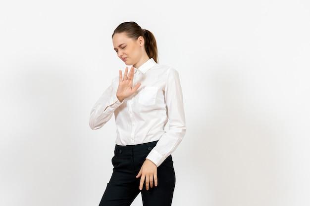 화이트에 우아한 흰 블라우스에 여성 사무실 직원