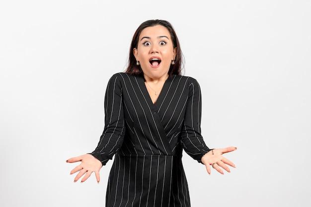 白い床にポーズをとる厳格な黒のスーツの女性サラリーマン女性サラリーマン仕事女性ビジネス