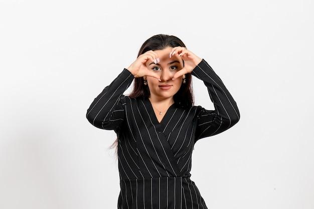 화이트에 사랑을 보내는 엄격한 검은 양복에 여성 사무실 직원