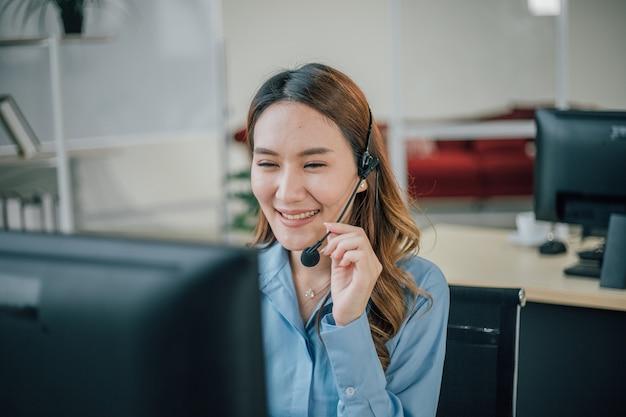여성 장교 일하고 고객 서비스 사무실에서 웃고