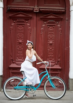 青いビンテージバイクの女性