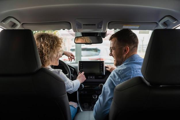 Женщина на машине тест-драйва с инструктором