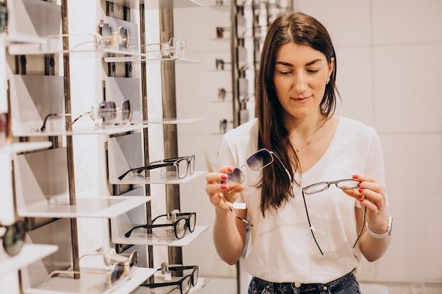 眼鏡店で眼鏡を披露する女性眼科医