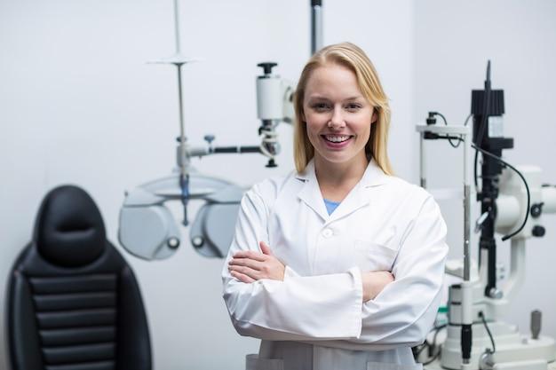 Женский окулист стоя в офтальмологической клинике