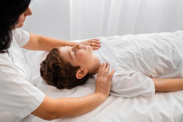 병원에서 아이를 치료하는 여성 정골 사