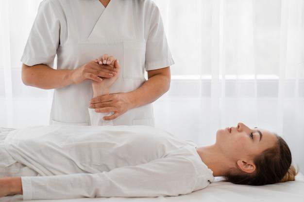 실내 젊은 여자를 치료하는 여성 정골