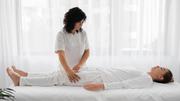 젊은 여자를 치료하는 여성 정골