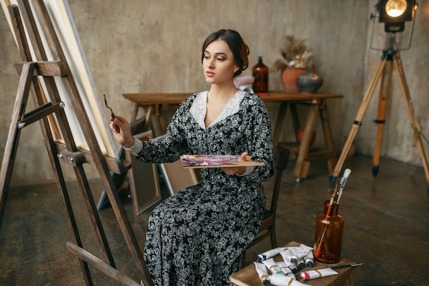 アートスタジオでポーズをとる女性画家