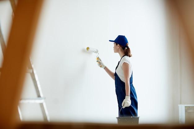 Женские художники белые стены