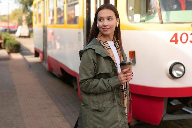 市内の女性の乗客と路面電車