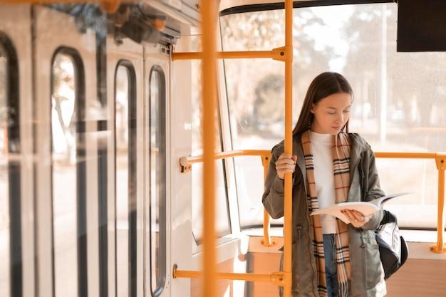 여성 승객 독서 및 트램 여행
