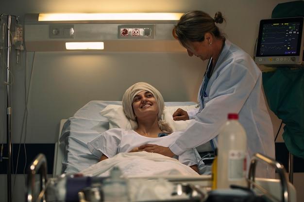 素敵な話題を話している女性患者と医師