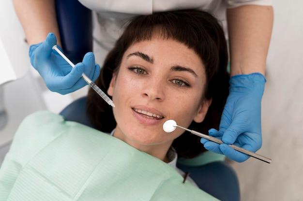 치과에서 수행하는 절차를 갖는 여성 환자