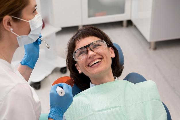 歯医者で手術を受ける女性患者