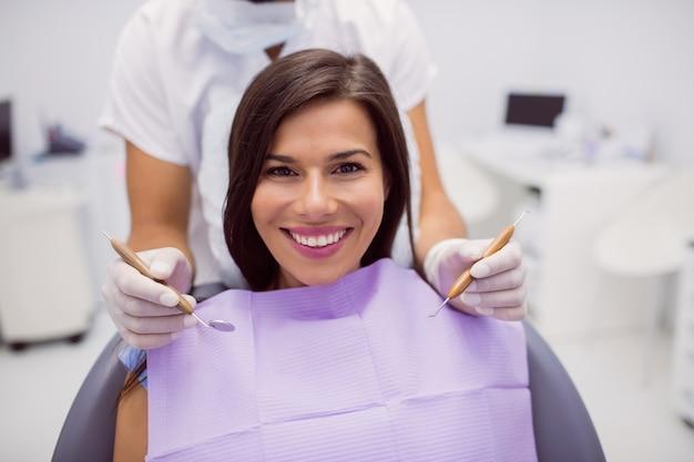 Женский пациент улыбается в клинике