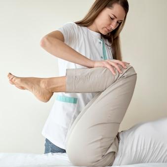물리 치료를 받고있는 여성 환자