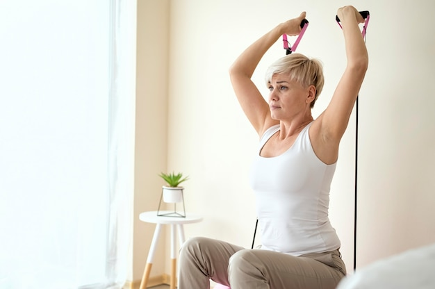 물리 치료사에서 치료중인 여성 환자