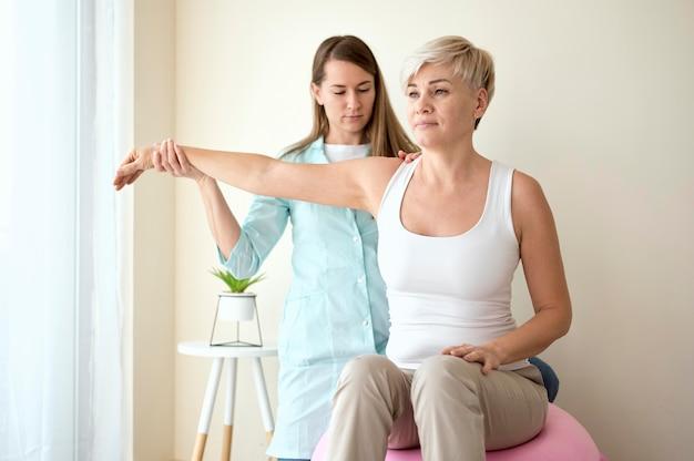 Paziente di sesso femminile in terapia con fisioterapista