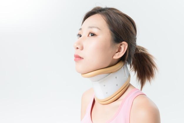 자궁 경부 척추 고정 장치가있는 여성 환자