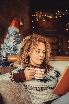 女性は一人で家でクリスマス休暇を楽しむ