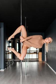 Performance femminile sulla pole dance