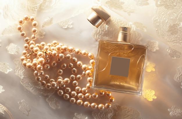 真珠と女性の香水